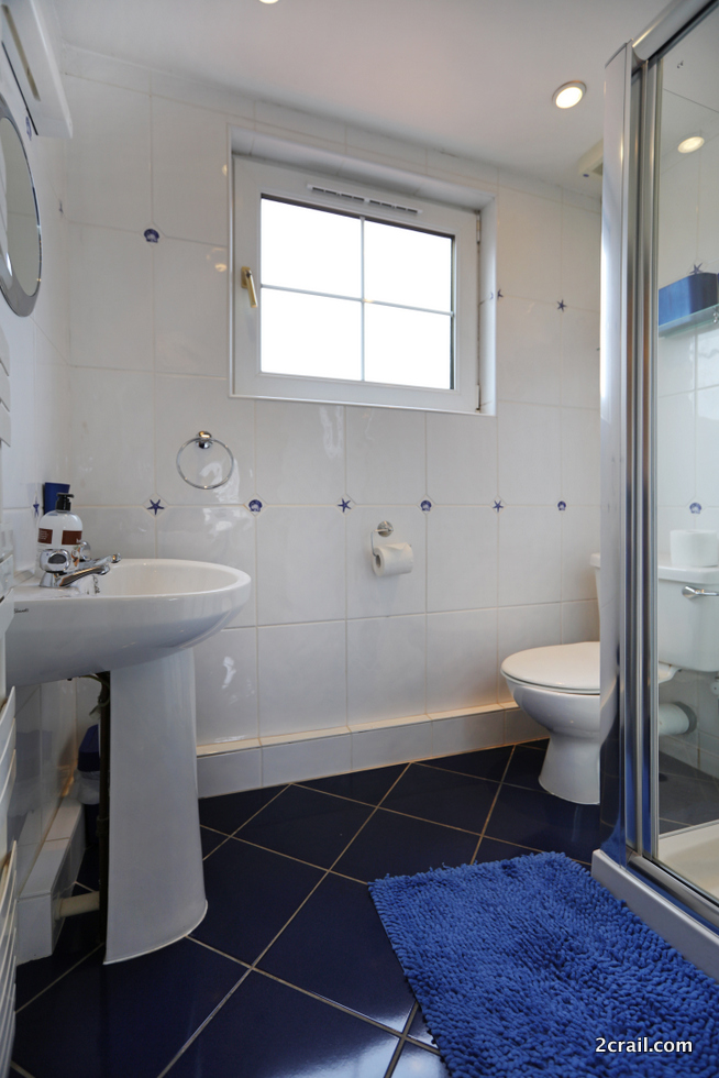 bedrooms with ensuite shower room holiday cottage
